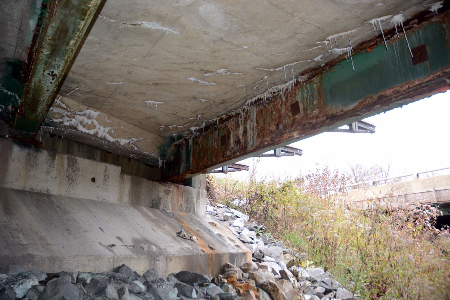 Two structurally deficient bridges carry traffic on the Capital Beltway above Suitland Road near Joint Base Andrews. The beams underneath the bridges show visual signs of corrosion. (WTOP/Dave Dildine)