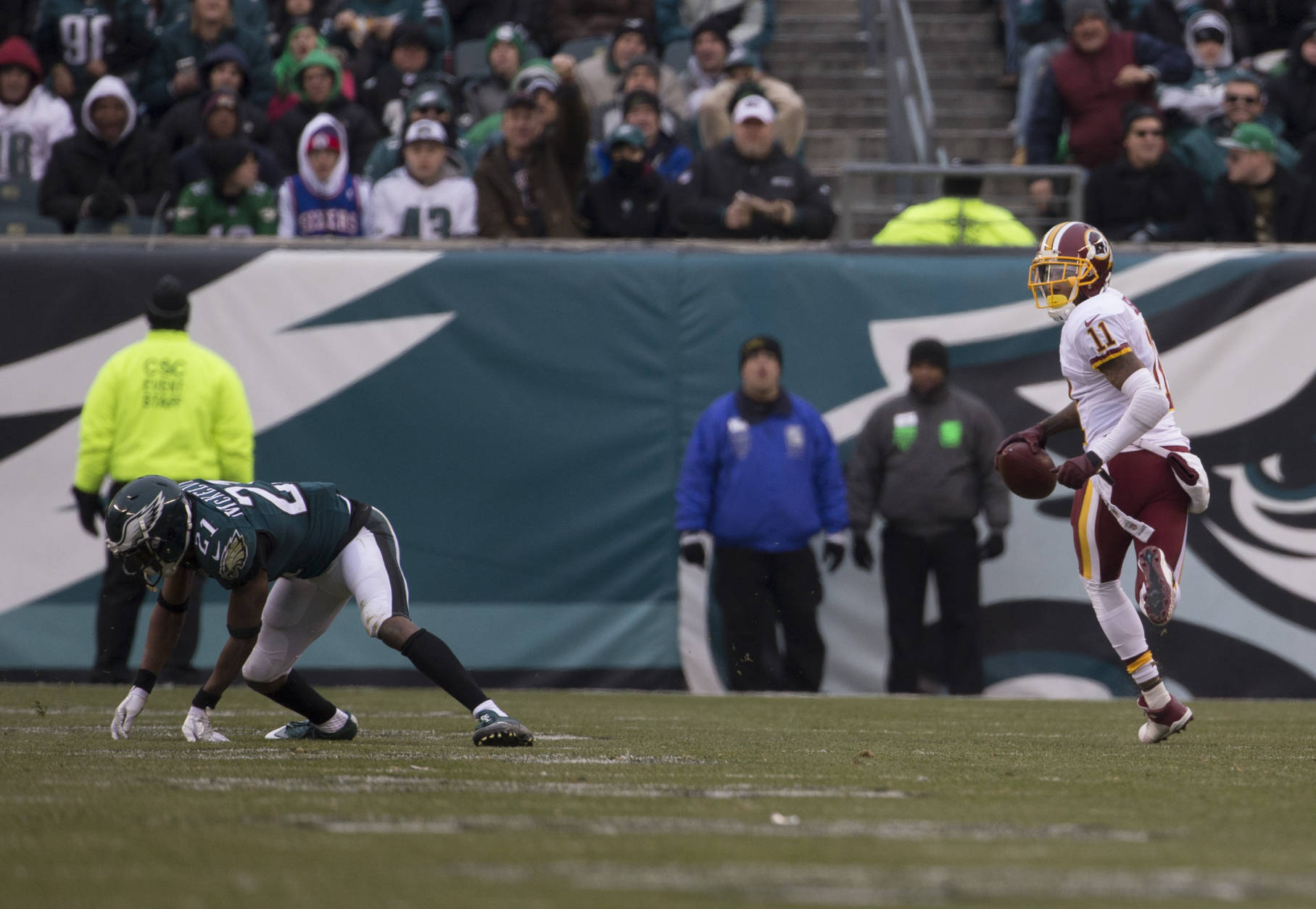 PHILADELPHIA, PA - DECEMBER 11: DeSean Jackson #11 of the Washington Redskins runs past Leodis McKelvin #21 of the Philadelphia Eagles to score a touchdown in the third quarter at Lincoln Financial Field on December 11, 2016 in Philadelphia, Pennsylvania. The Redskins defeated the Eagles 27-22. (Photo by Mitchell Leff/Getty Images)