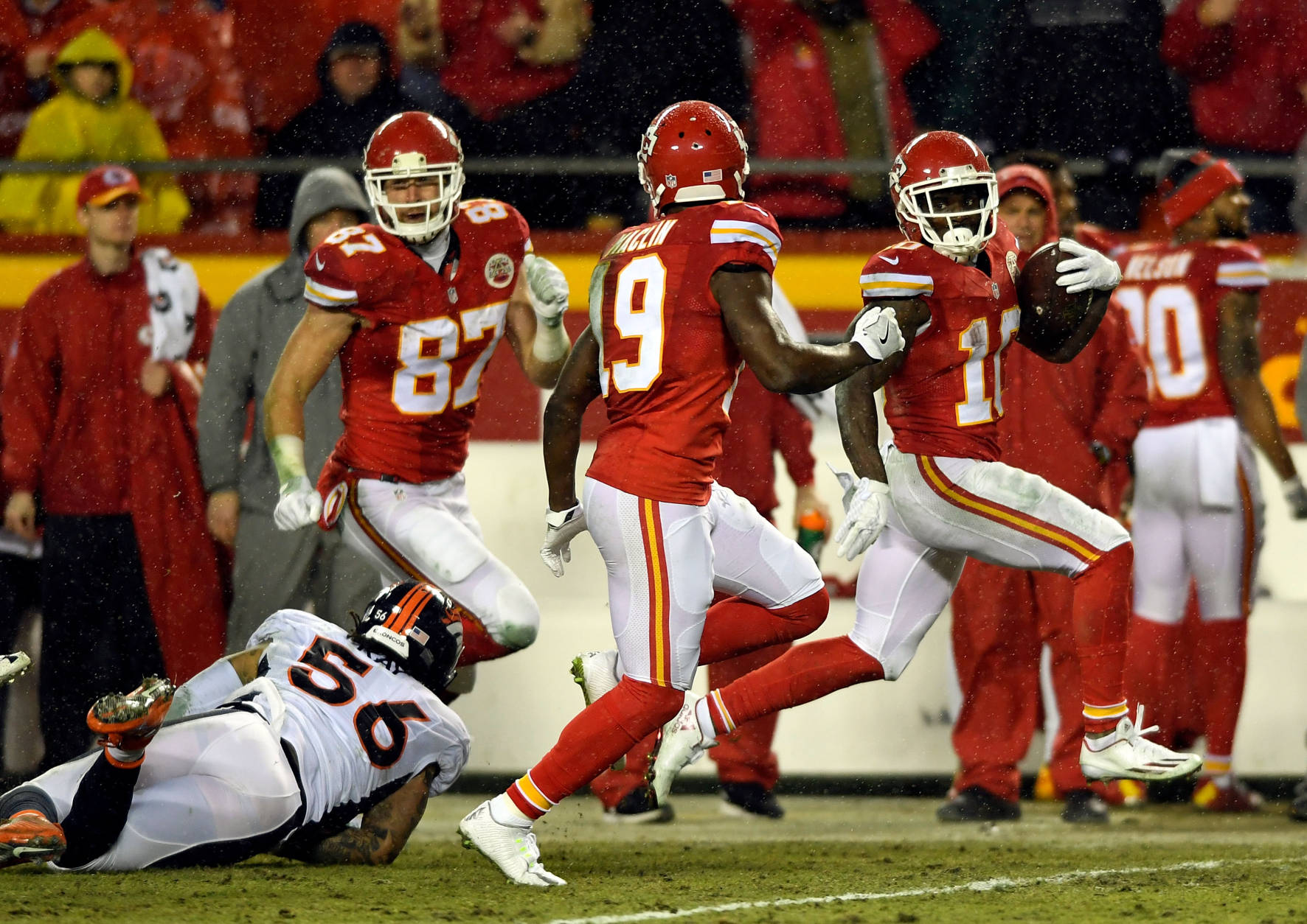 KANSAS CITY, MO - DECEMBER 25:  Tyreek Hill #10 of the Kansas City Chiefs carries the ball on his way to scoring during the 1st quarter of the game against the Denver Broncos at Arrowhead Stadium on December 25, 2016 in Kansas City, Missouri.  (Photo by Reed Hoffmann/Getty Images)