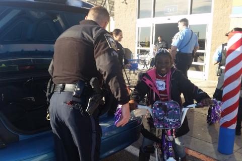 Santa cops spread Christmas cheer to kids in Va.