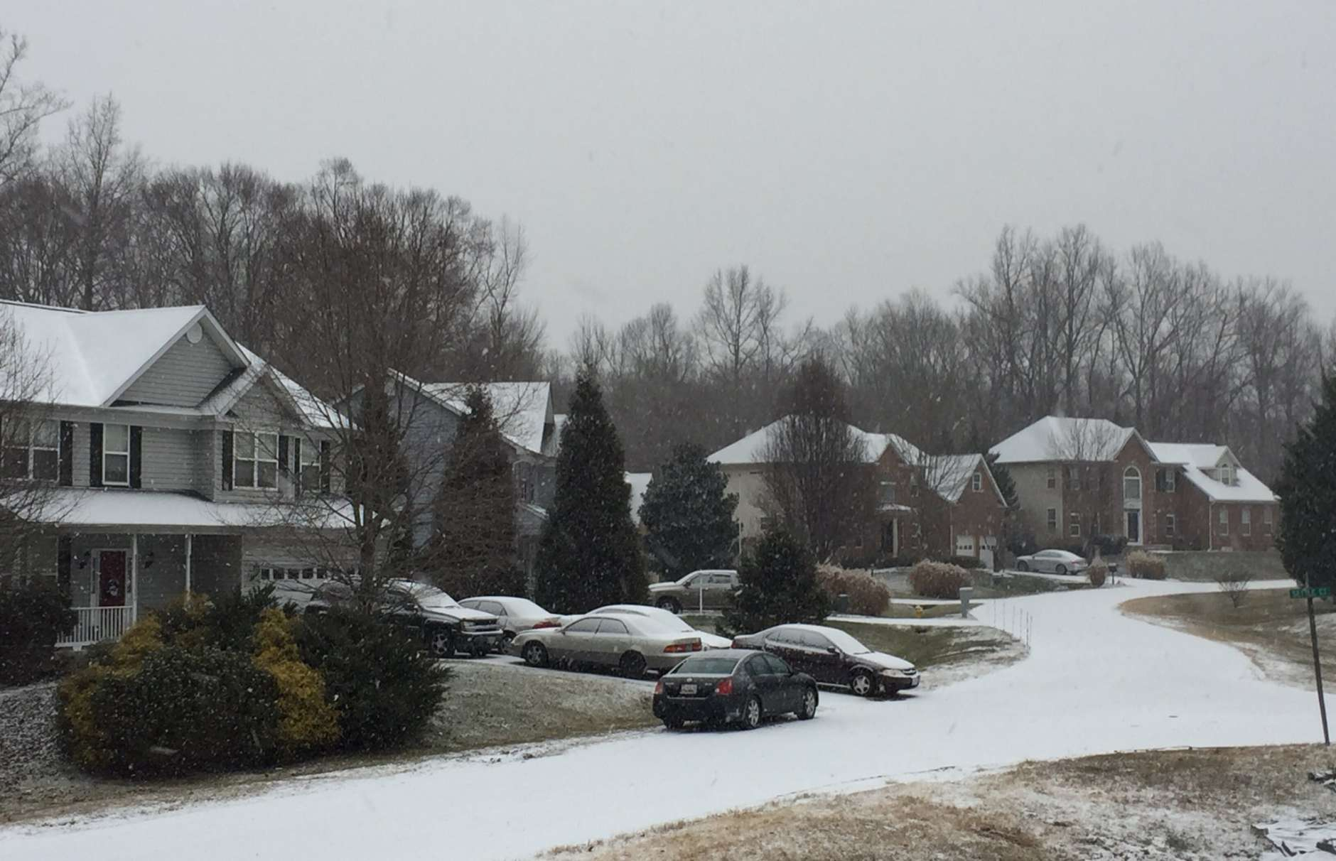 Light snow began to fall Saturday morning in Waldorf, Md. (WTOP/Darci Marchese)