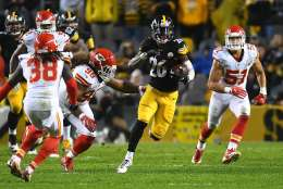 PITTSBURGH, PA - OCTOBER 02:  Le'Veon Bell #26 of the Pittsburgh Steelers rushes against the Kansas City Chiefs in the second half during the game at Heinz Field on October 2, 2016 in Pittsburgh, Pennsylvania. (Photo by Joe Sargent/Getty Images)