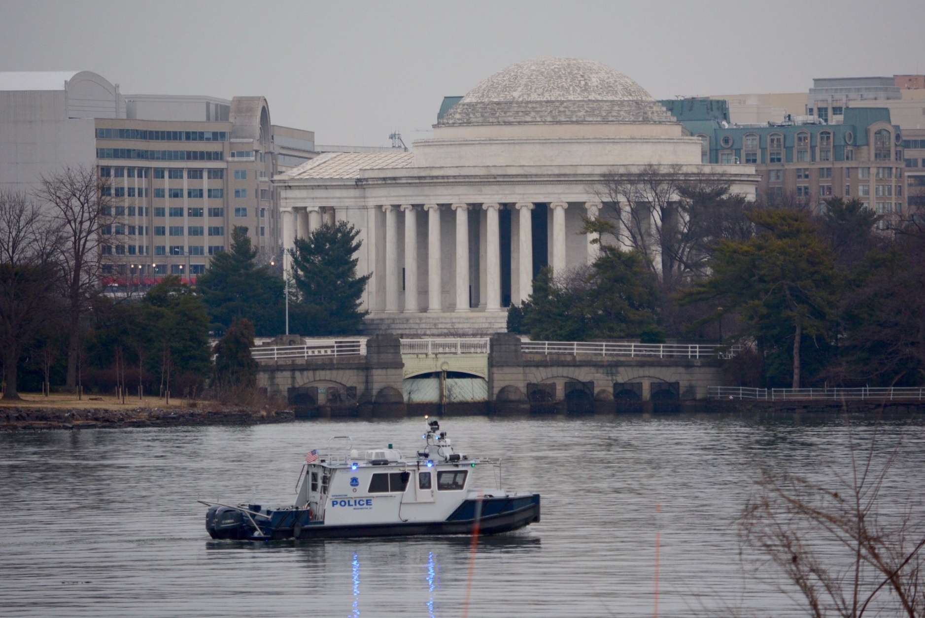 D.C. police patrol the Potomac River on an overcast Inauguration Day. (WTOP/Dave Dildine)