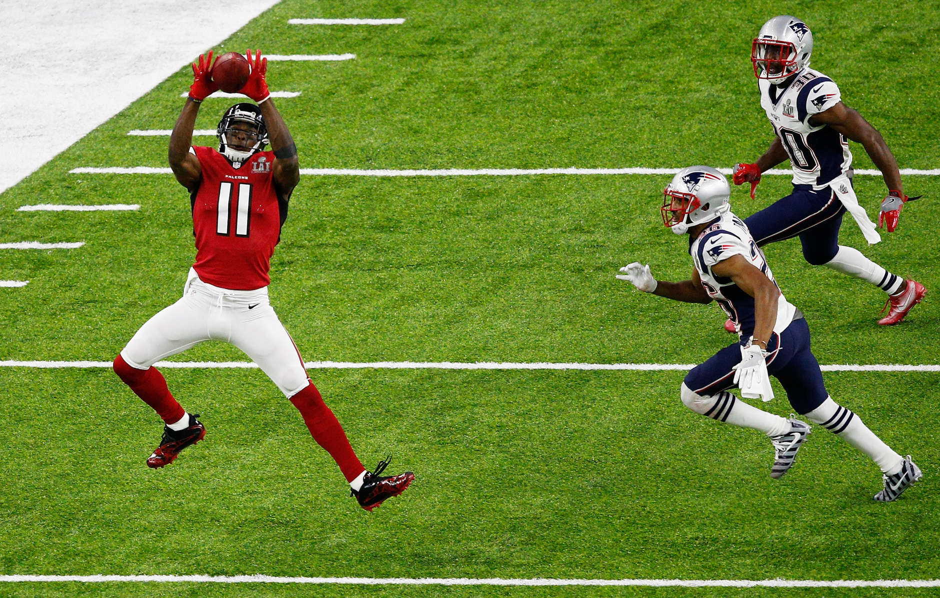 HOUSTON, TX - FEBRUARY 05:  Julio Jones #11 of the Atlanta Falcons makes a catch against the New England Patriots in the first half during Super Bowl 51 at NRG Stadium on February 5, 2017 in Houston, Texas.  (Photo by Bob Levey/Getty Images)