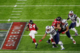 HOUSTON, TX - FEBRUARY 05:  Devonta Freeman #24 of the Atlanta Falcons runs past Martellus Bennett #88 of the New England Patriots in the first half during Super Bowl 51 at NRG Stadium on February 5, 2017 in Houston, Texas.  (Photo by Bob Levey/Getty Images)