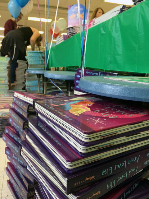 The 20,000 book give-away was organized by the Pi Beta Phi chapters at George Washington University, George Mason University, Johns Hopkins and University of Delaware. (WTOP/Jenny Glick)