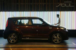 """A model looks at Kia Motors' """"The New Soul"""" during the unveiling ceremony in Seoul, South Korea, Monday, Aug. 22, 2016. The price of The New Soul equipped with a 1.6-liter gasoline engine is 17.5 million won (US$ 15,681) to 21.45 million won (US$ 19,220) on the domestic market. (AP Photo/Ahn Young-joon)"""