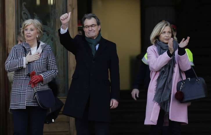 Thousands Demonstrate in Support of Artur Mas Outside Barcelona Courthouse