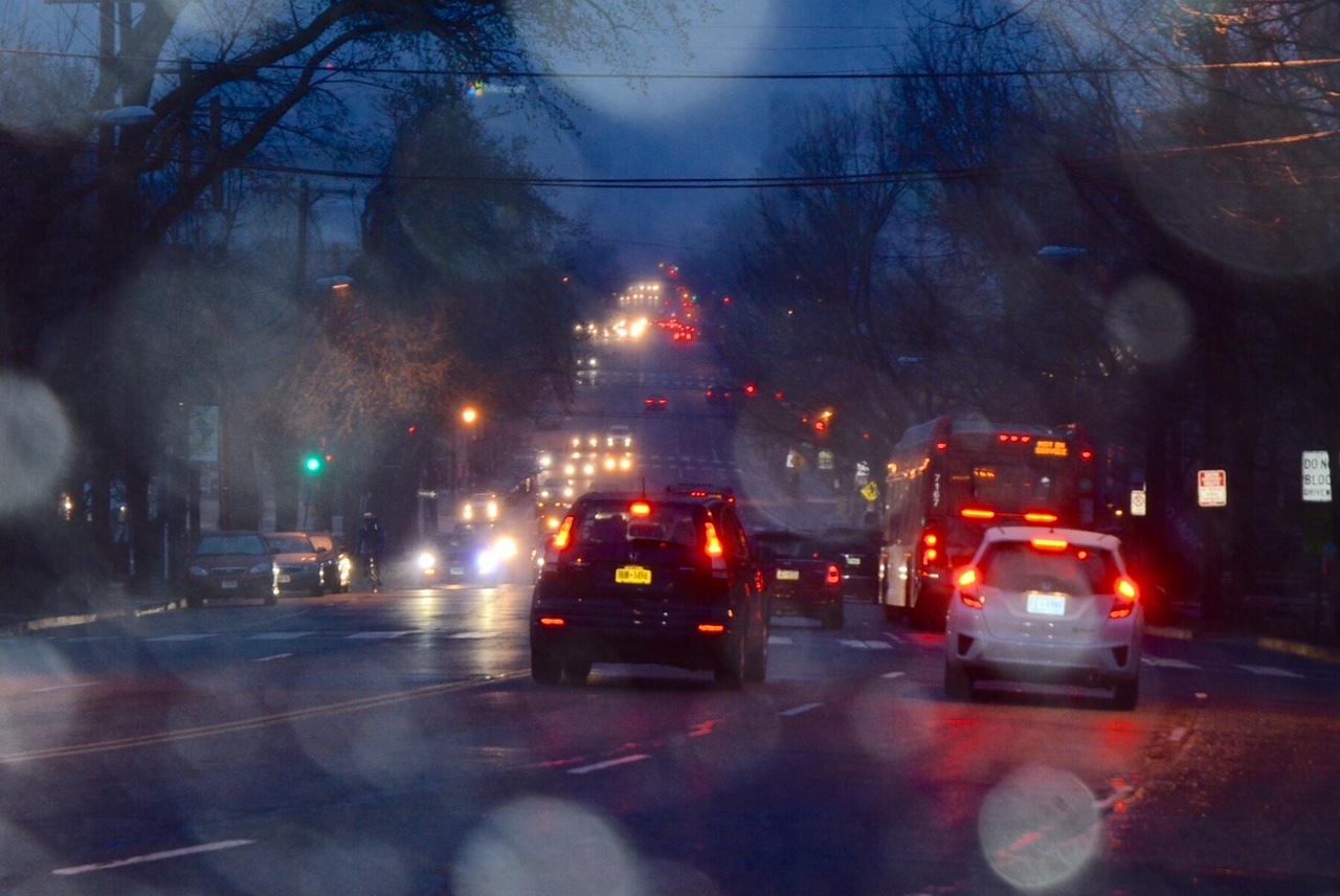 Traffic Monday evening sees the nor'easter's prelude as light snow begins to fall. (WTOP/Dave Dildine)