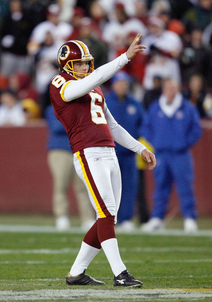LANDOVER, MD - DECEMBER 21:  Shaun Suisham #6 of the Washington Redskins lines up the field goal kick during the game of the Philadelphia Eagles on December 21, 2008 at FedEx Field in Landover, Maryland.  (Photo by Kevin C. Cox/Getty Images)