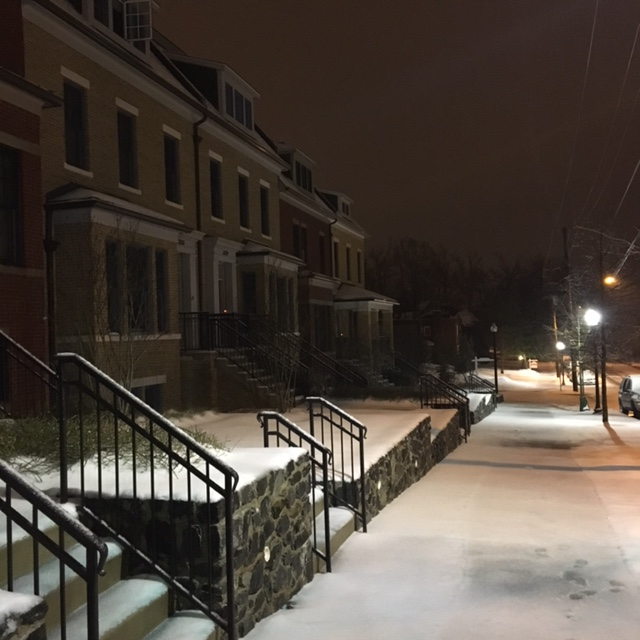 A soft layer of snow blankets the Cathedral Heights neighborhood of D.C. (WTOP/Hanna Choi)