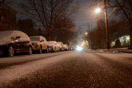 Snow starts to stick on the side streets of D.C.'s Tenleytown neighborhood in Northwest. (WTOP/Dave Dildine)