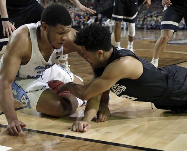 Missed call helps UNC in final minute of NCAA title game