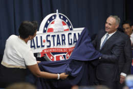 Muriel Bowser, Mayor of the District of Columbia, left, and Rob Manfred, Commissioner of Baseball, right, unveil the 2018 MLB All-Star Game logo at a baseball news conference to unveil the logo, Wednesday, July 26, 2017, in Washington. (AP Photo/Nick Wass)