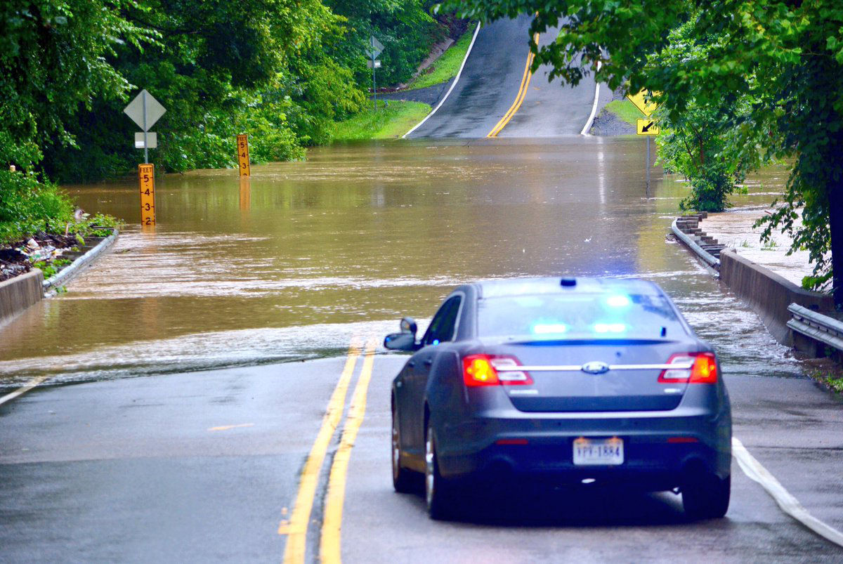 Police in Annadale, Virginia, block off Woodburn Road at Accotink Creek. (WTOP/Dave Dildine)