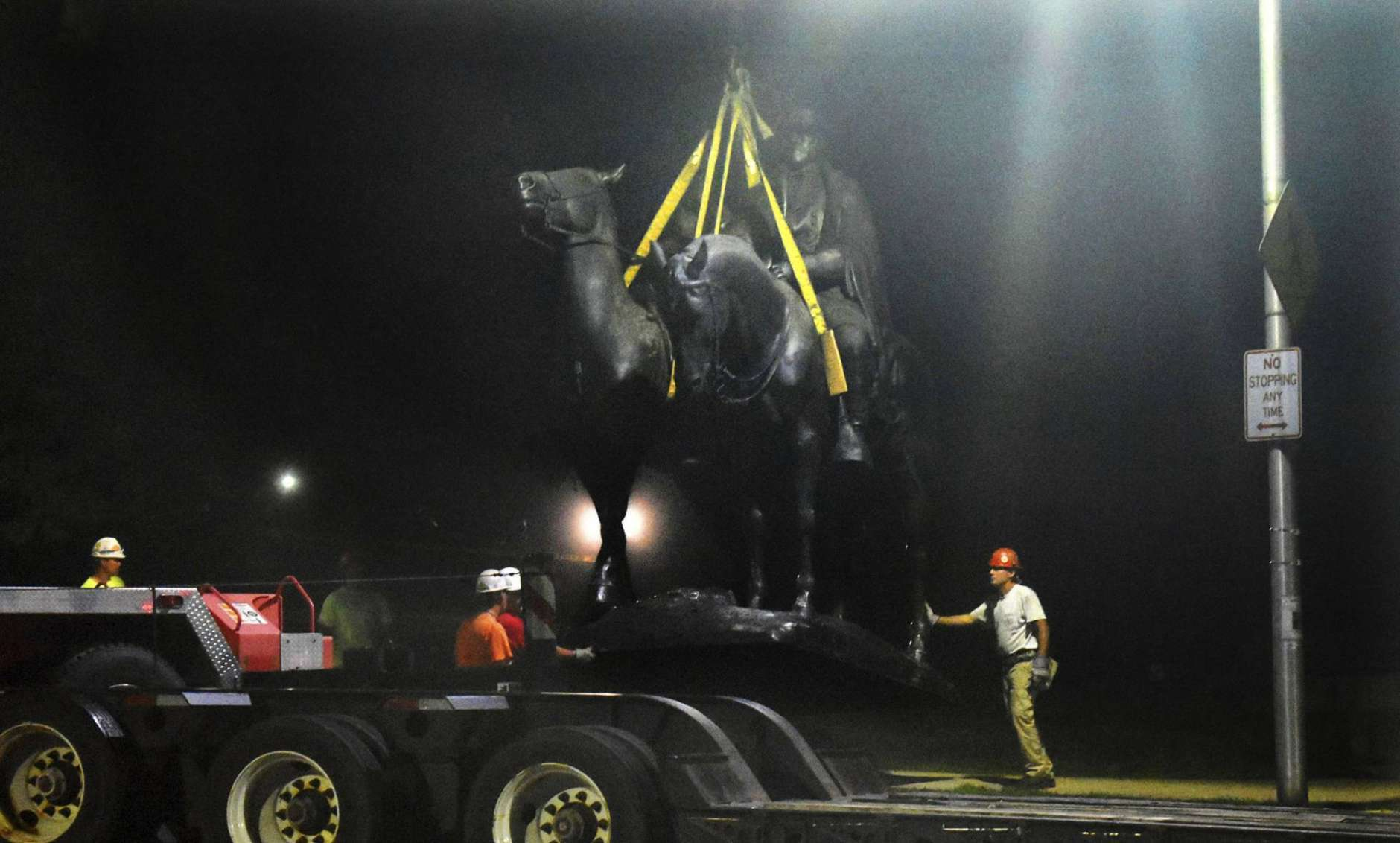 """Workers remove the Robert E. Lee and Thomas J. """"Stonewall"""" Jackson monument in Wyman Park early Wednesday, Aug. 16, 2017, in Baltimore. Local news outlets reported that workers hauled several monuments away, days after a white nationalist rally in Virginia turned deadly. (Denise Sanders/The Baltimore Sun via AP)"""
