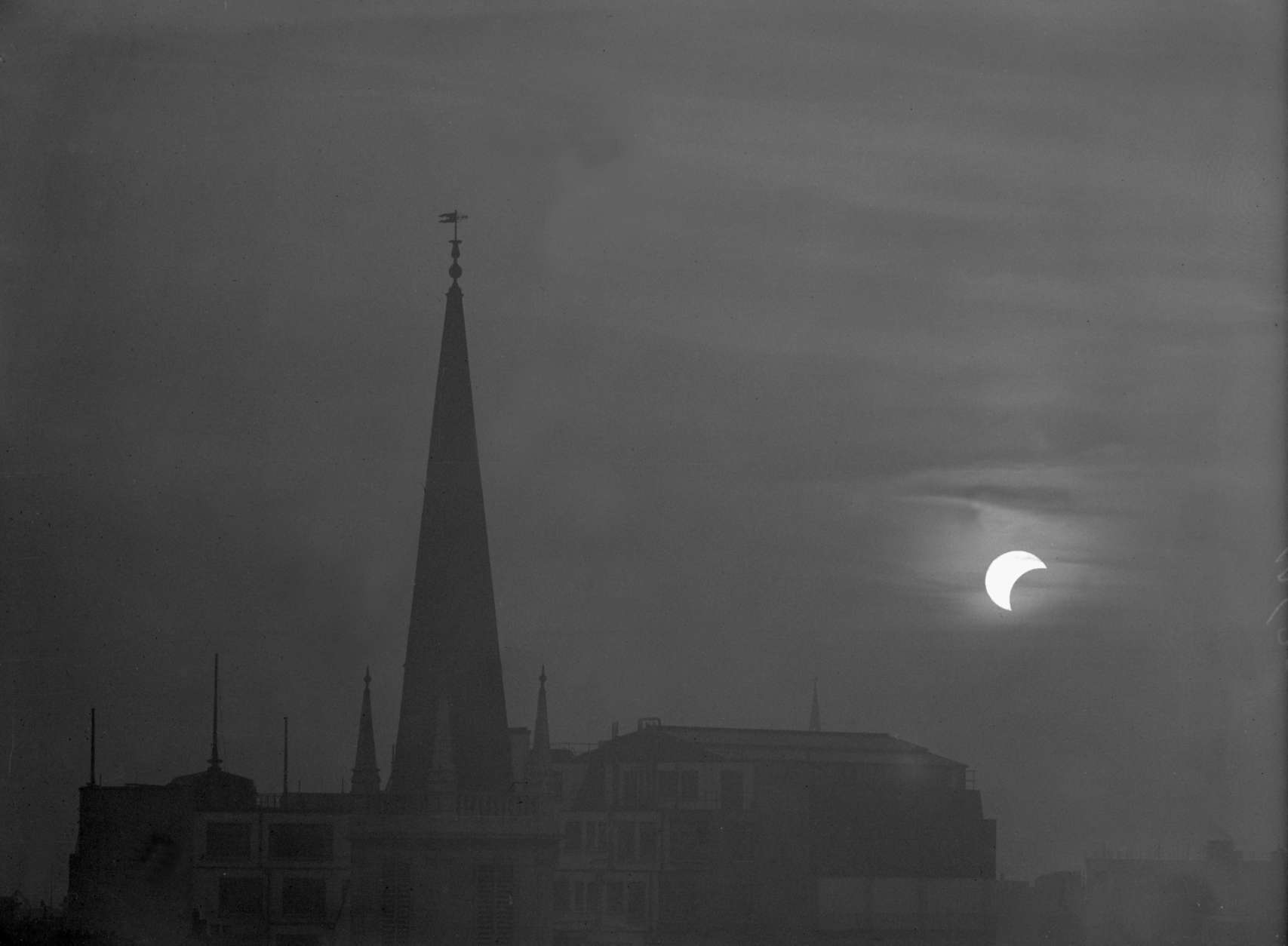 19th June 1936:  The spires of Saint Margaret's Church in Eastcheap, London, during an eclipse of the sun.  (Photo by Harry Todd/Fox Photos/Getty Images)