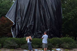 City workers covered the Lee statue early Wednesday afternoon. (WTOP/Shawn Anderson)