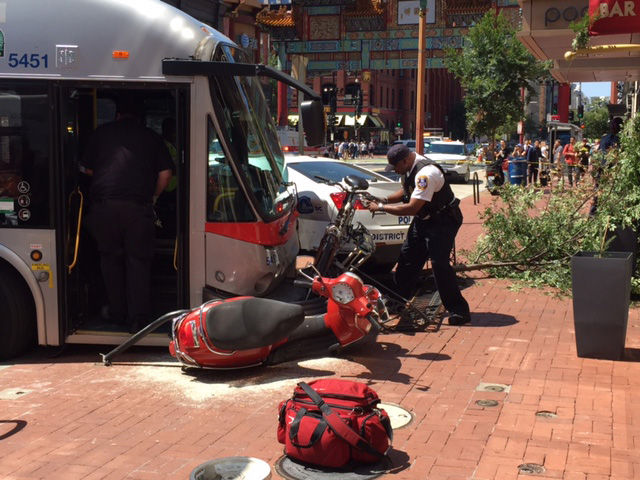 Scene of a bus crash on the 600 block of H Street NW. (WTOP/James Hoeflinger)