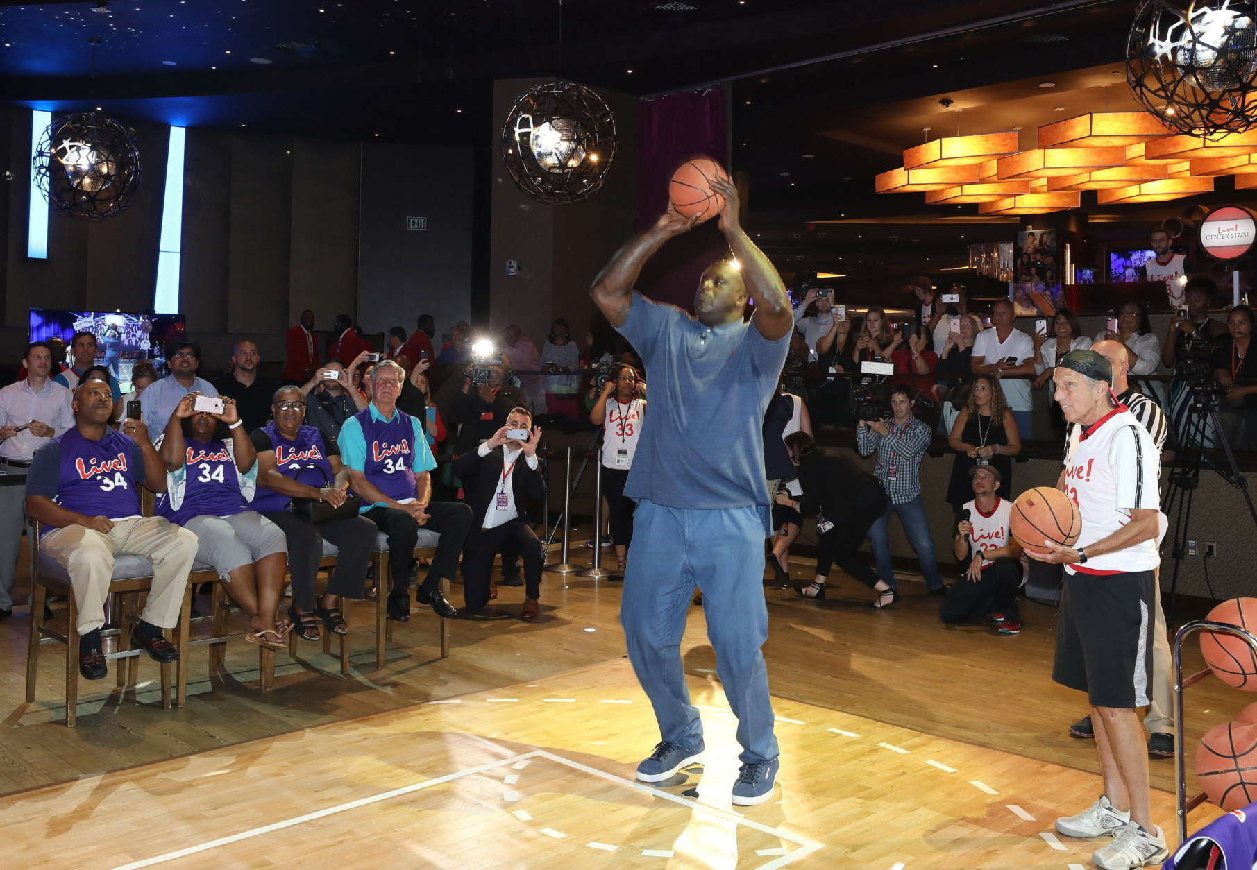 """In a real-life """"David vs Goliath"""" battle at Live! Casino & Hotel, NBA Hall of Famer and 4-time NBA Champion Shaquille O'Neal took on David Cordish, Chairman of The Cordish Companies, in a head to head free-throw competition. The Megastar vs Mogul fight ended in a tie, when both made their sudden death shots after draining three of six throws. (PRNewsfoto/Live! Casino and Hotel)"""
