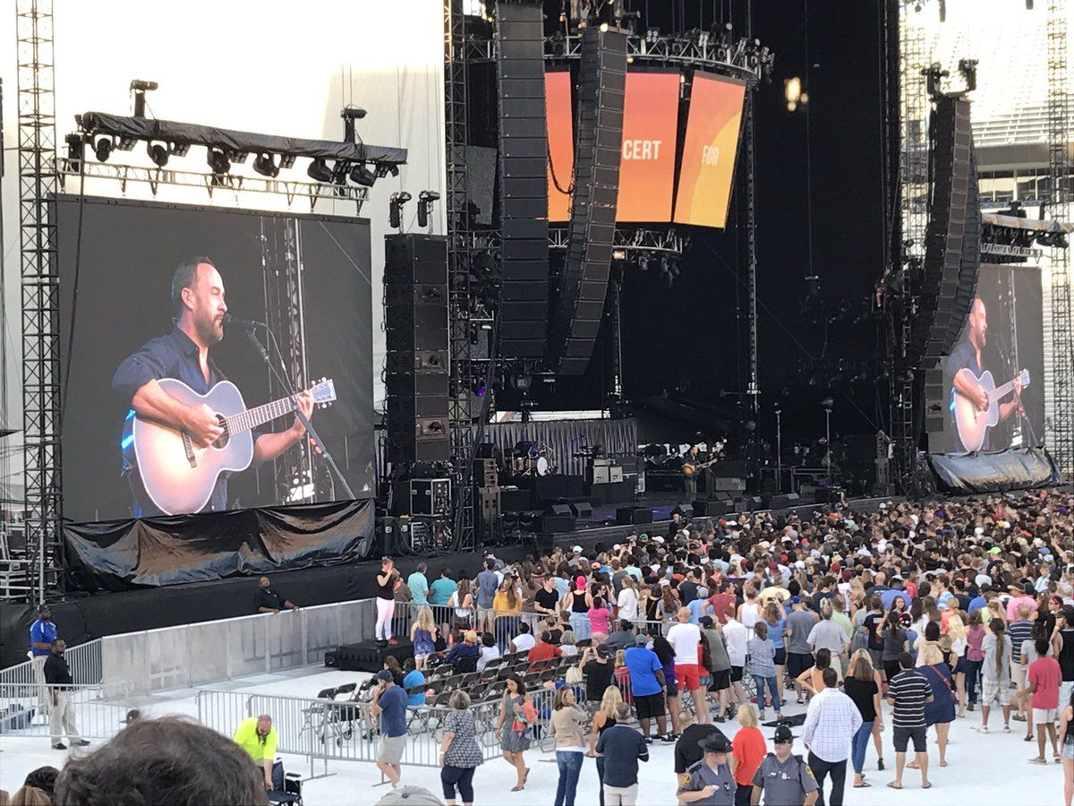 Dave Matthews welcomed fans to the concert and kicked off the music.  (WTOP/Michelle Basch)