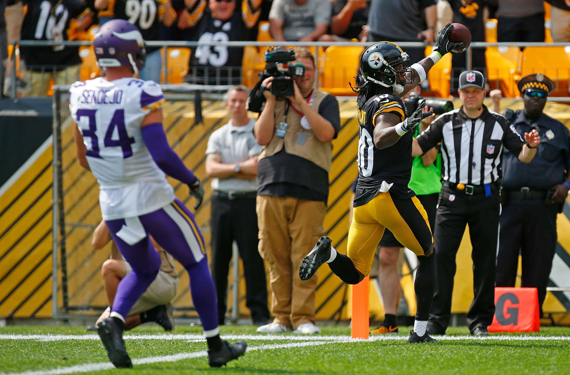 PITTSBURGH, PA - SEPTEMBER 17:  Martavis Bryant #10 of the Pittsburgh Steelers celebrates as he crosses the goal line for a 27-yard touchdown reception in the first quarter during the game against the Minnesota Vikings at Heinz Field on September 17, 2017 in Pittsburgh, Pennsylvania. (Photo by Justin K. Aller/Getty Images)