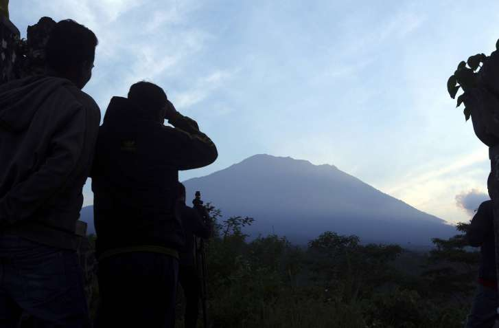 Bali's volcano forces 144000 to flee