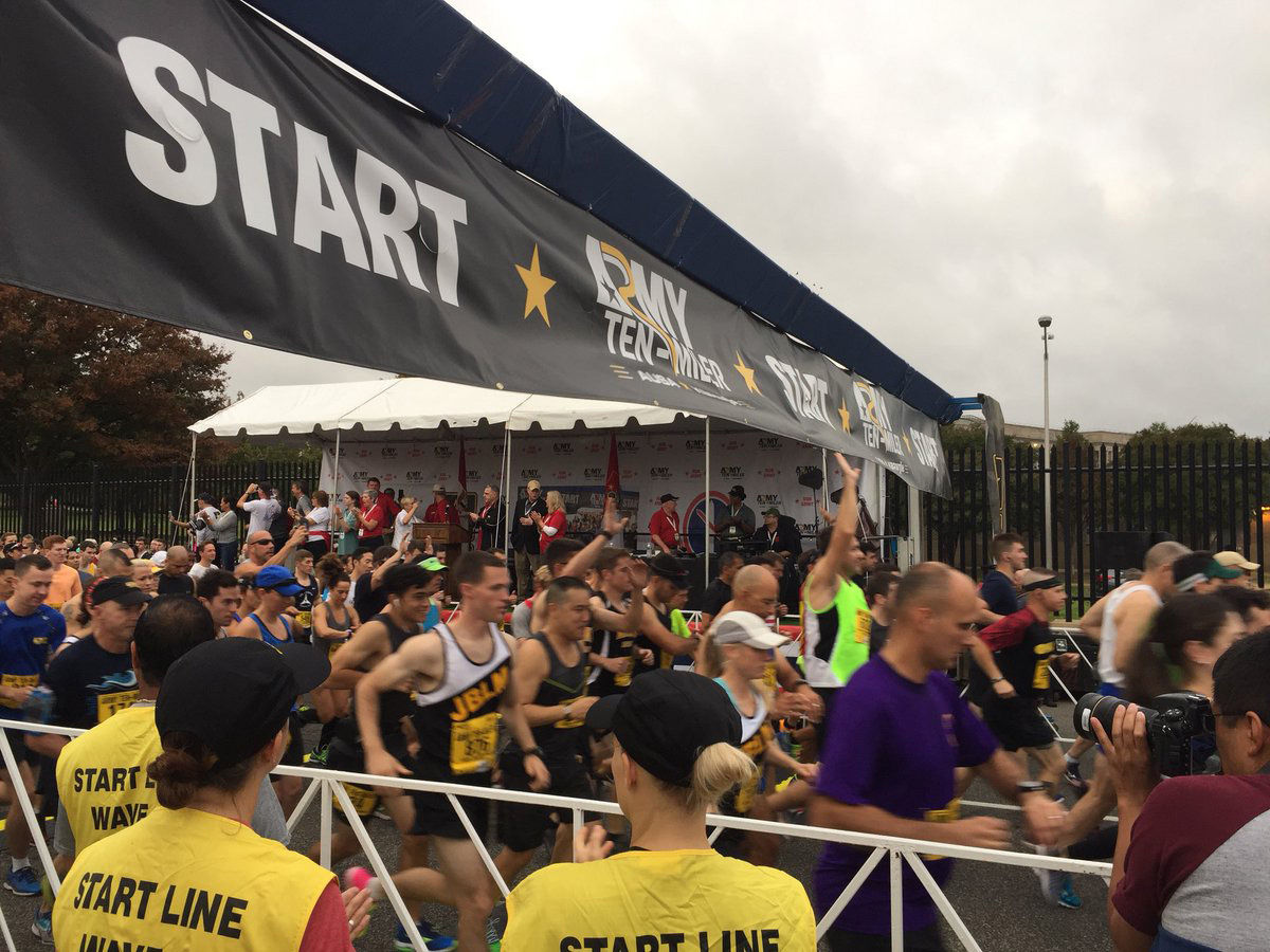 The start of the Army 10 Miler in a slight drizzle. (WTOP/John Domen)