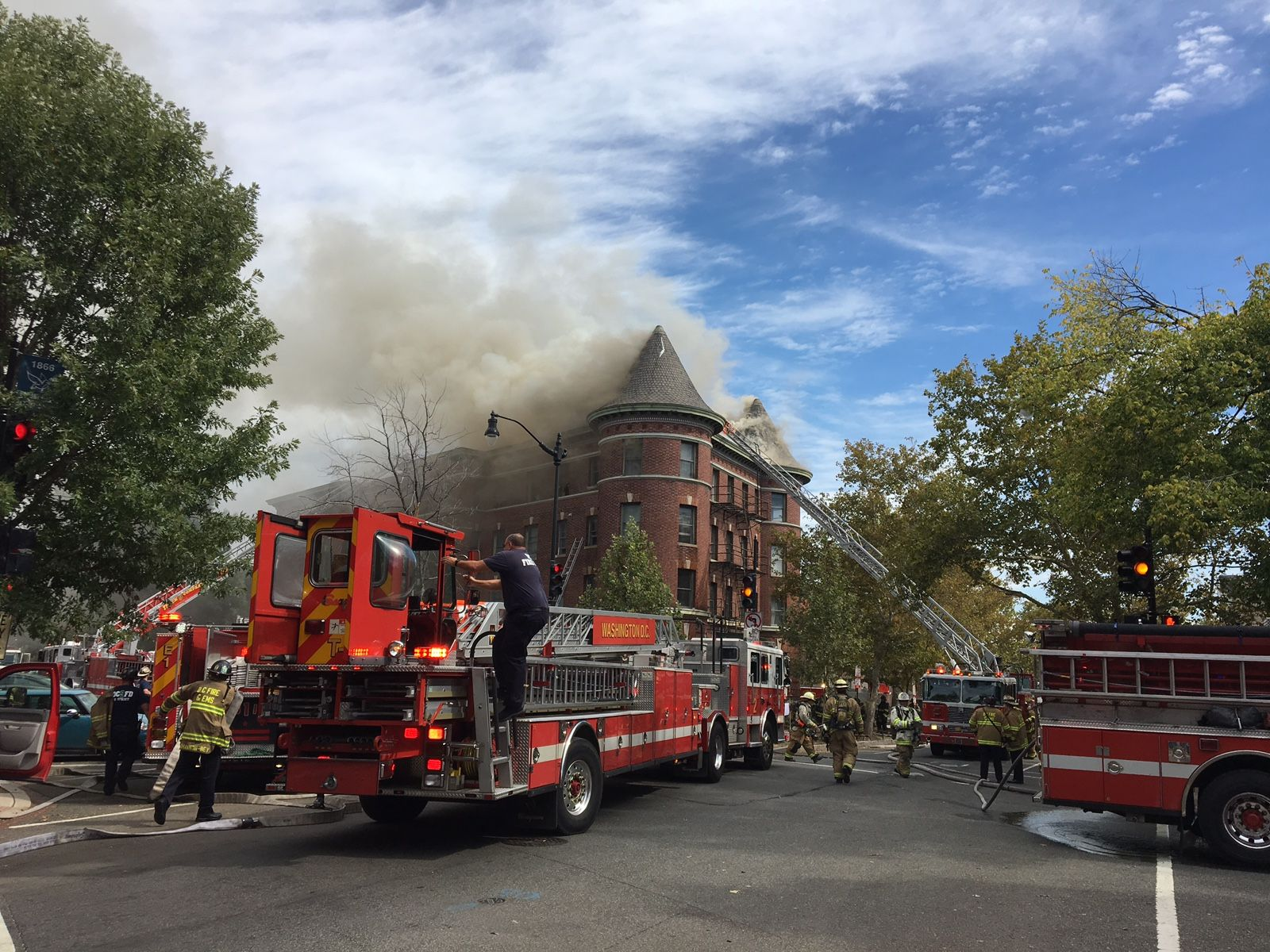 An apartment building burns at Vermont Avenue and Q Street in Northwest D.C. (WTOP)