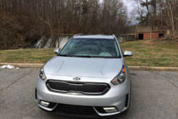 The Kia Niro follows Kia's typical styling with a large, wide grill up front. The headlights seemed pushed out to the edge of the front end and then taper back on the hood. (WTOP/Mike Parris)