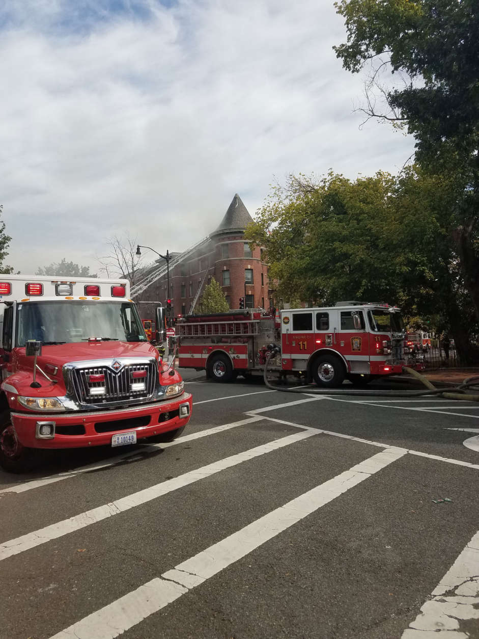 The fire at Vermont Avenue and Q Street in Northwest D.C. produced heavy smoke. (WTOP/Lisa Weiner)