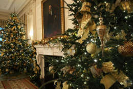 """WASHINGTON, DC - NOVEMBER 27:  The State Dining Room at the White House during a press preview of the 2017 holiday decorations November 27, 2017 in Washington, DC. The theme of the White House holiday decorations this year is """"Time-Honored Traditions.""""  (Photo by Alex Wong/Getty Images)"""