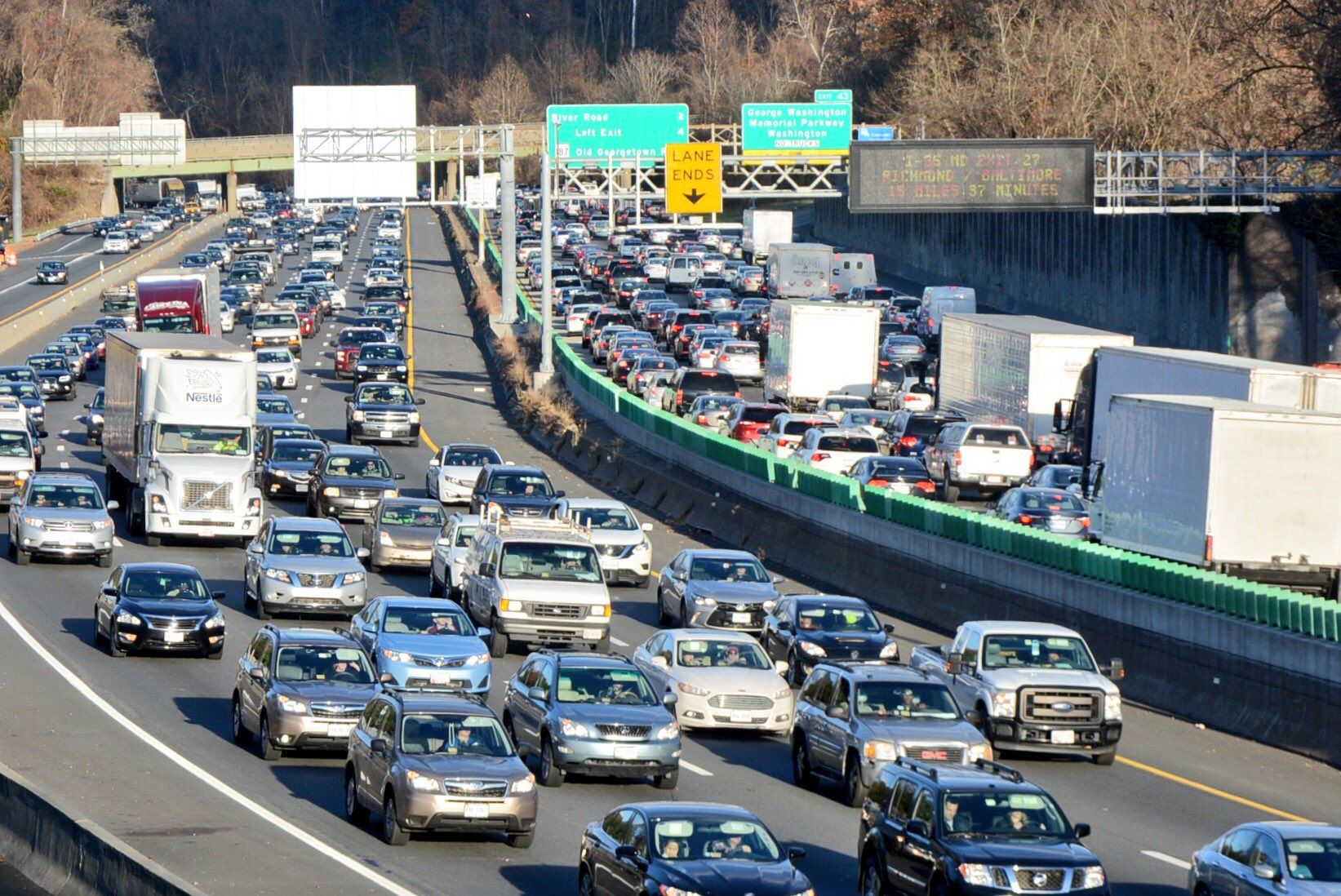 A shot of the traffic on the Beltway the afternoon before Thanksgiving 2017. (WTOP/Dave Dildine)