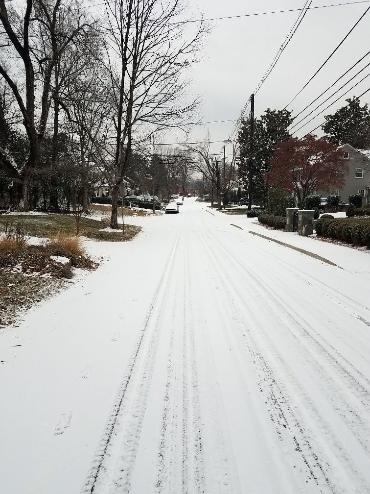 Roads in Bethesda have a light coating of snow Saturday morning. (WTOP/Lisa Weiner)