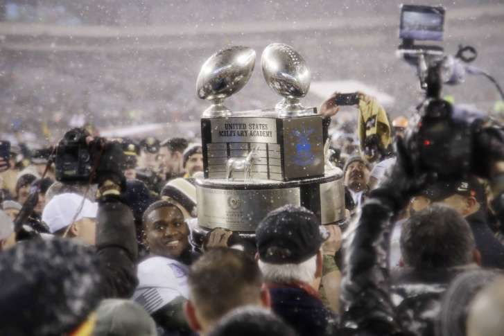 b3e6ec206 Army Navy Football 90973 Army s Ahmad Bradshaw holds up the Commander-in-Chief s  Trophy after defeating Navy in an NCAA college football game