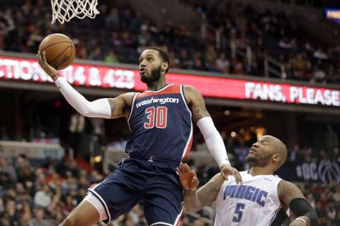 Sixers forward Mike Scott gets in fight with Eagles fans