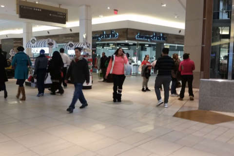 Last-minute shoppers in DC area scramble on Christmas Eve