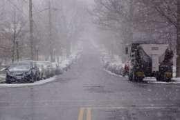 A light snowfall powders Idaho Avenue NW on January 7, 2017. (WTOP/Dave Dildine)