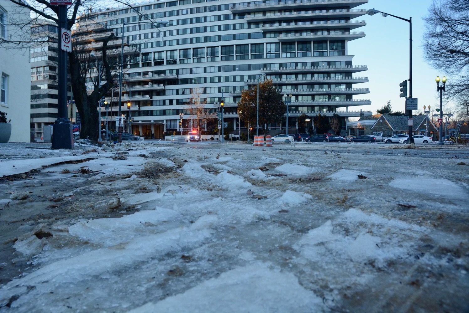 The water main break at 27th St. NW near the Watergate Hotel. (WTOP/Dave Dildine)