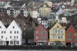 """Blick auf die Brygge, die Handelshaeuser der Deutschen Hanse in Bergen, aufgenommen am Donnerstag, 17. Januar 2008. Die Haeuser am Hafen sind das Wahrzeichen der Stadt. (AP Photo/Christof Stache) --- Picture shows the socalled """"Brygge"""", trading houses of the German Hanseatic League, in Bergen, Norway,  pictured on Thursday, Jan. 17, 2008. (AP Photo/Christof Stache)"""