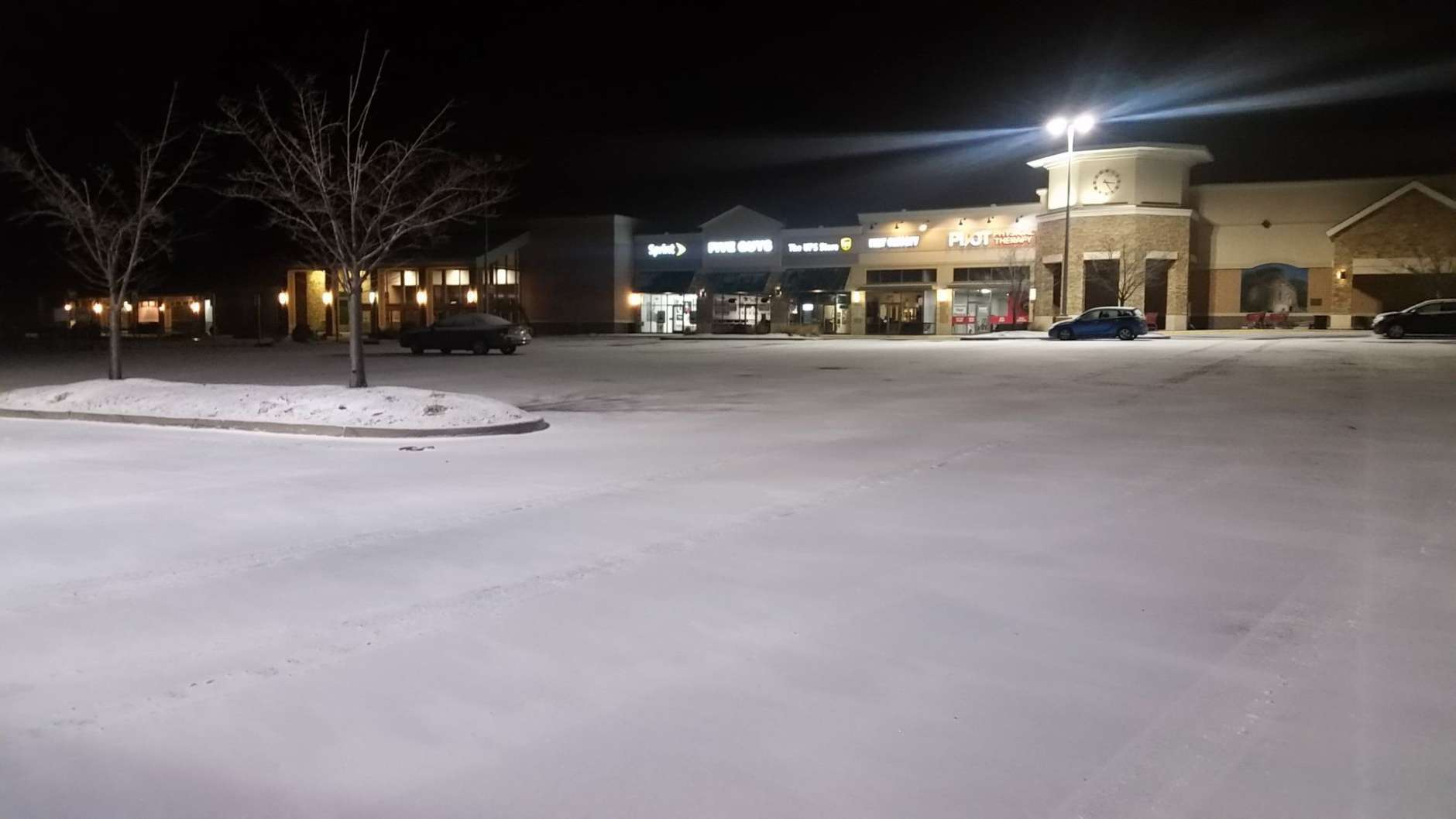 Shopping center off of Route 234 in Woodbridge. This area is only seeing a dusting so far but the wind is already picking up. (WTOP/Kathy Stewart)
