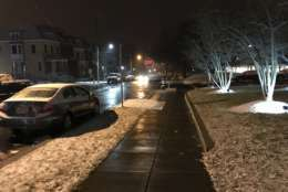 Snow collects on the grass in Northwest D.C. Wednesday morning. (WTOP/Reem Nadeem)