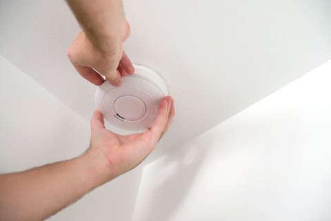 2 signs you need new smoke detectors ASAP