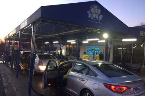 Hundreds line up for car washes as temperatures rise