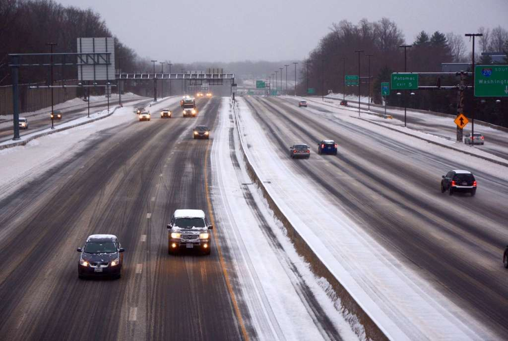 Ice and snow coats I-270 in Rockville during a March 2017 winter storm. (WTOP/Dave Dildine)