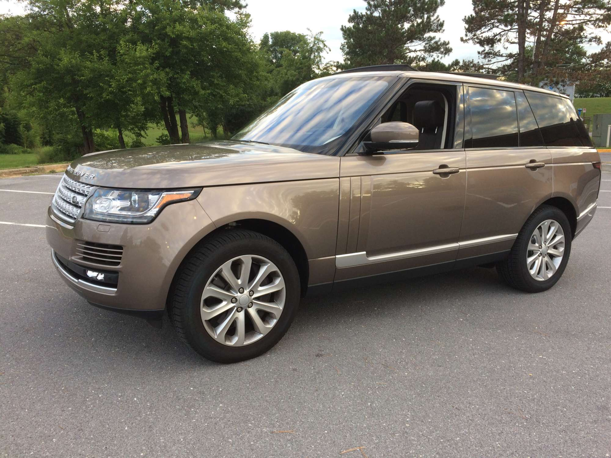 Upscale Range Rover HSE fortably takes you anywhere for a price