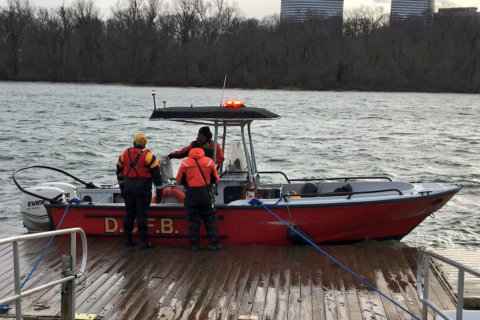 14 rescued from Potomac River after two boats overturn