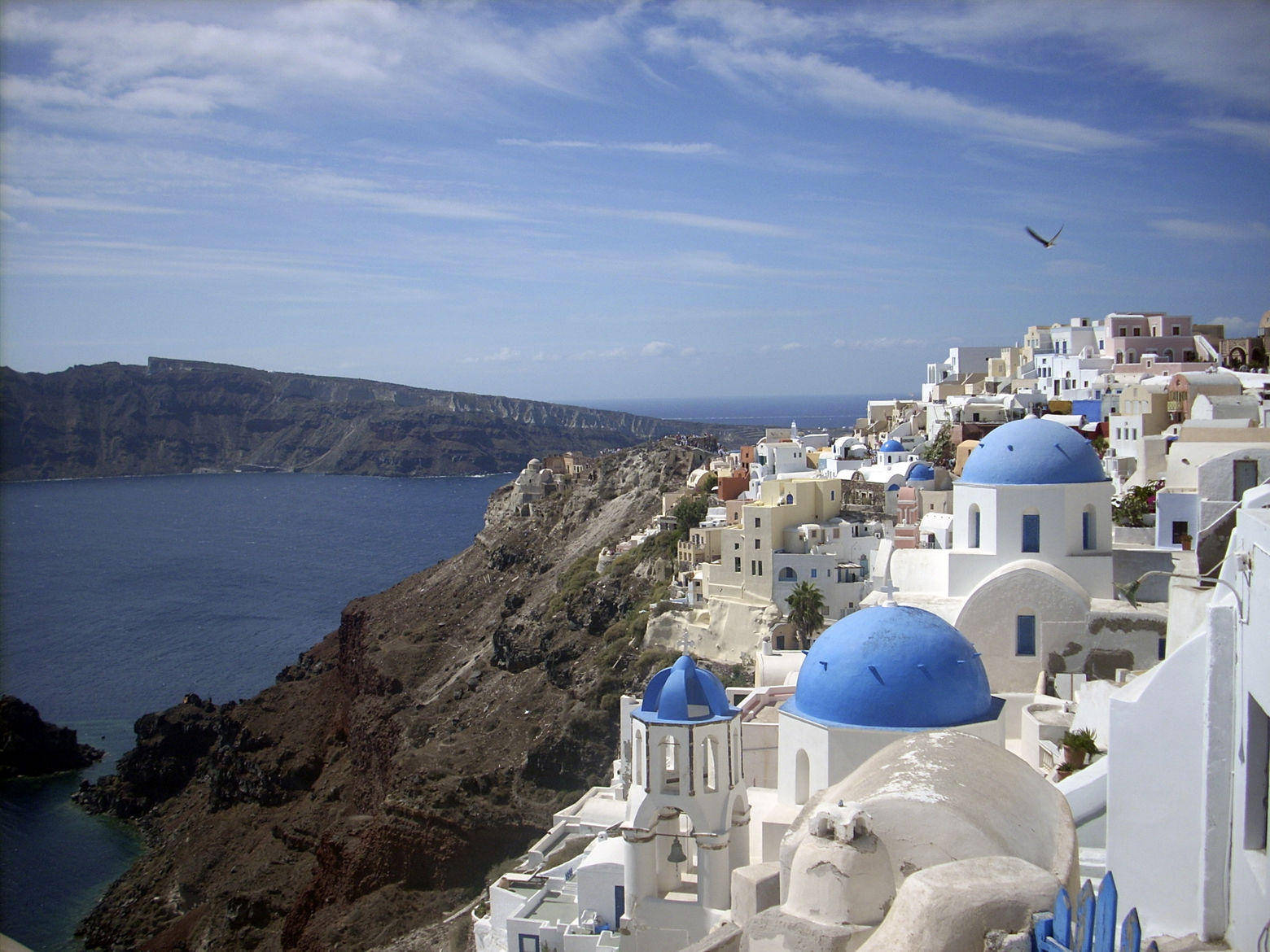 This Sept. 21, 2009 photo shows a view of Oia village on the island of Santorini, Greece. The Greek island of Santorini offers seaside tavernas, cliffside paths, black volcanic rocks and of course, sunshine and the Aegean.      (AP Photo/Michael Virtanen)