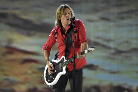 Keith Urban pays tribute to firefighter killed in storm
