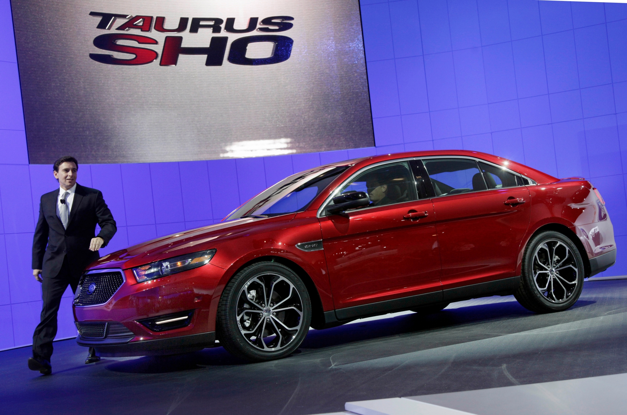 Once america 39 s best selling car the ford taurus dies for Ford motor company news headlines